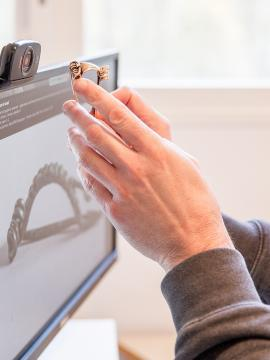 un objet préhistorique montré devant une webcam