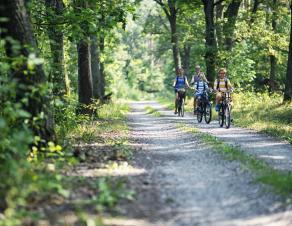 Famille qui se promène à vélo