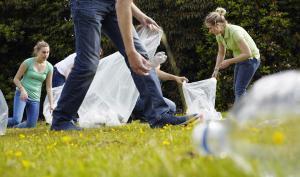Jeunes qui ramassent des déchets
