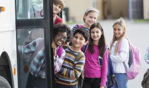 Enfants qui rentrent dans un bus