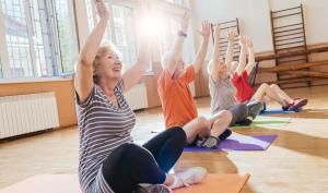 Groupe de seniors qui fait du yoga