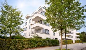 Petite résidence moderne de 4 étages entourée de verdure