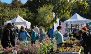 des visiteurs à la journée des plantes et art du jardin
