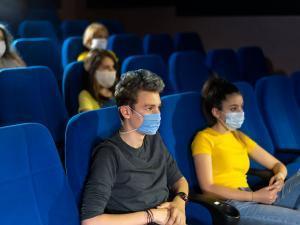 Des adolescents dans une salle de cinéma
