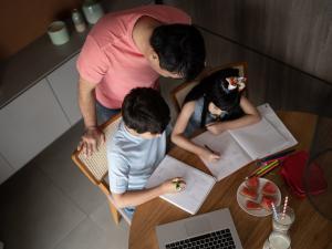 Des élèves font des cours en distanciel chez eux