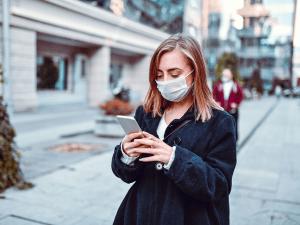 Une femme sur son smartphone dans la rue