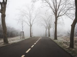 route déserte en hiver