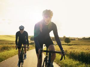 Deux cyclistes en pleine nature