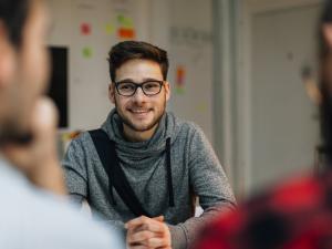 Un jeune homme à un entretien d'embauche