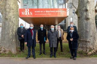 Un groupe de personnes devant un musée