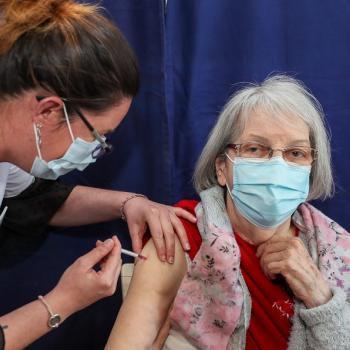 Une personne âgée vaccinée par un médecin