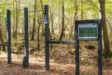 Panneaux et agrès sportifs dans un espace naturel sensible