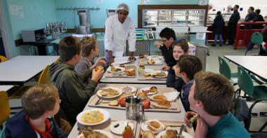 Des jeunes élèves sont attablés dans une cantine lors de la semaine du goût