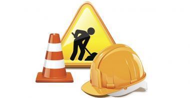 panneau routier, casque de chantier et plot de travaux