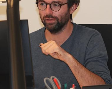 Un homme travaillant devant un ordinateur