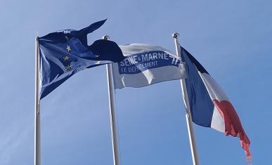 Les trois drapeaux de l'Union Européenne, le Département de Seine-et-Marne et la france