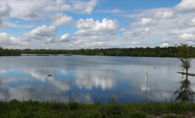 Vue sur le plan d'eau de Tribardou