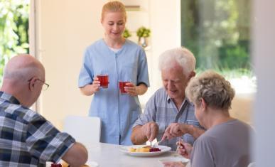 Infirmière et seniors qui mangent
