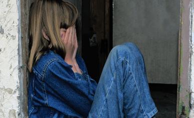 Une petite fille assise que pleure
