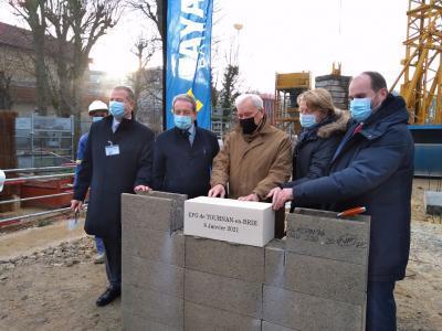 Un groupe de personnes sur un chantier