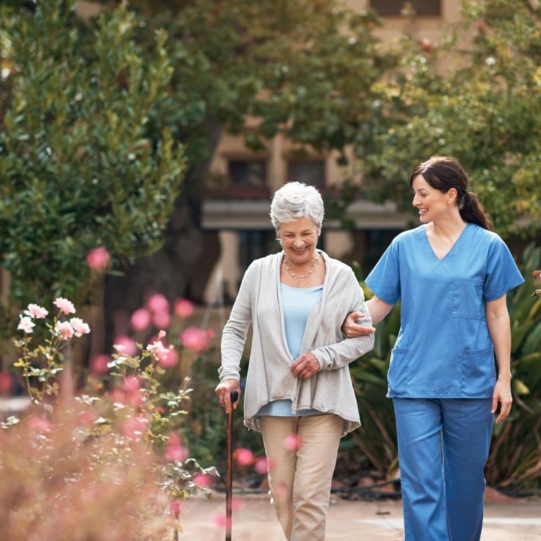 Infirmière et senior qui se promènent