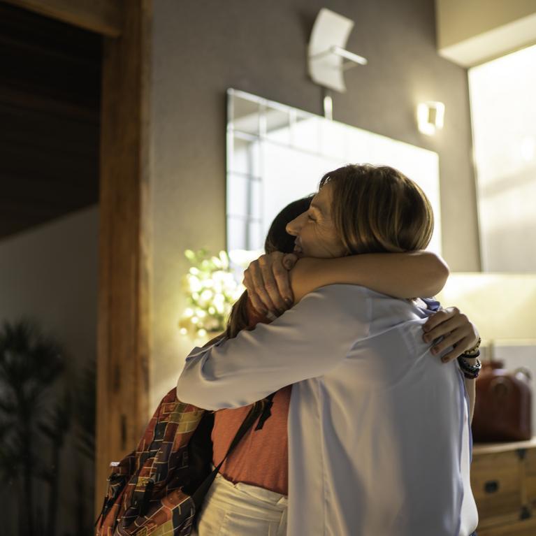 Une jeune fille embrasse une femme plus âgée