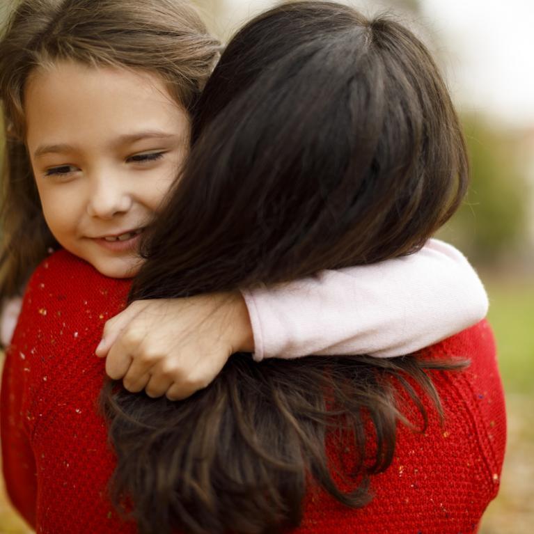 Enfant qui fait un calin à sa mère
