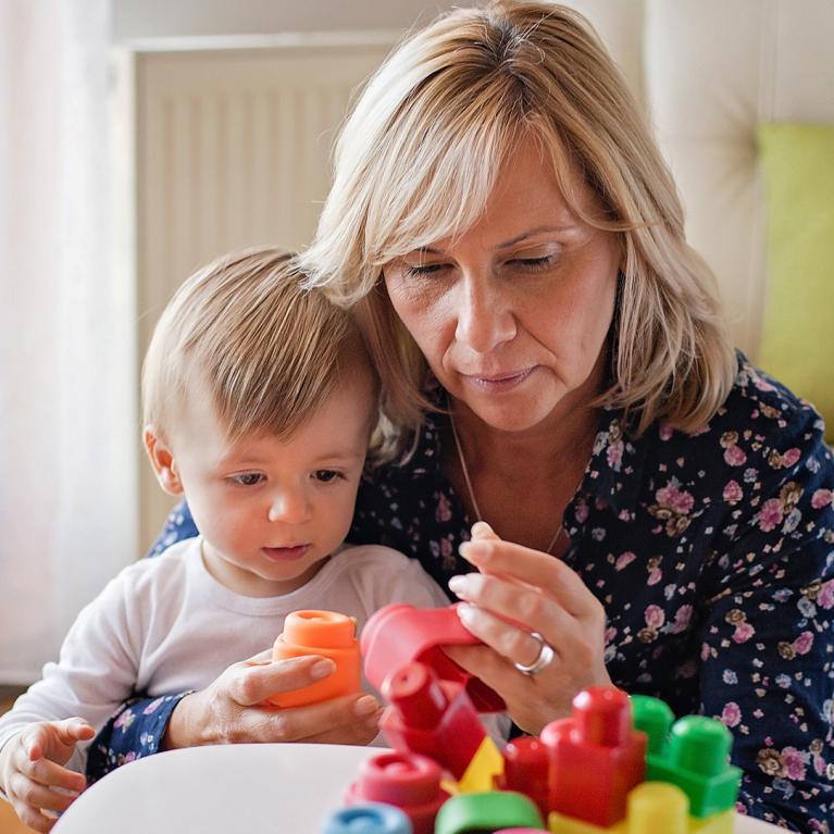 Une assistante maternelle joue avec un enfant