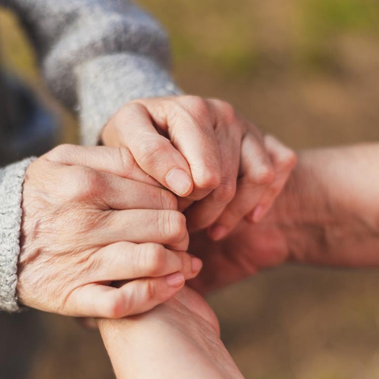 Homme et femme se tenant les mains