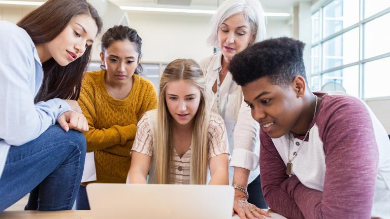 Adolescents derrière un ordinateur