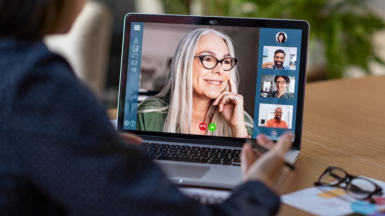 Une personne en train de faire une visio sur un portable