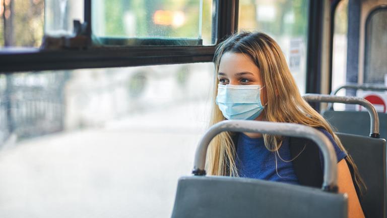 Une jeune femme dans un bus scolaire