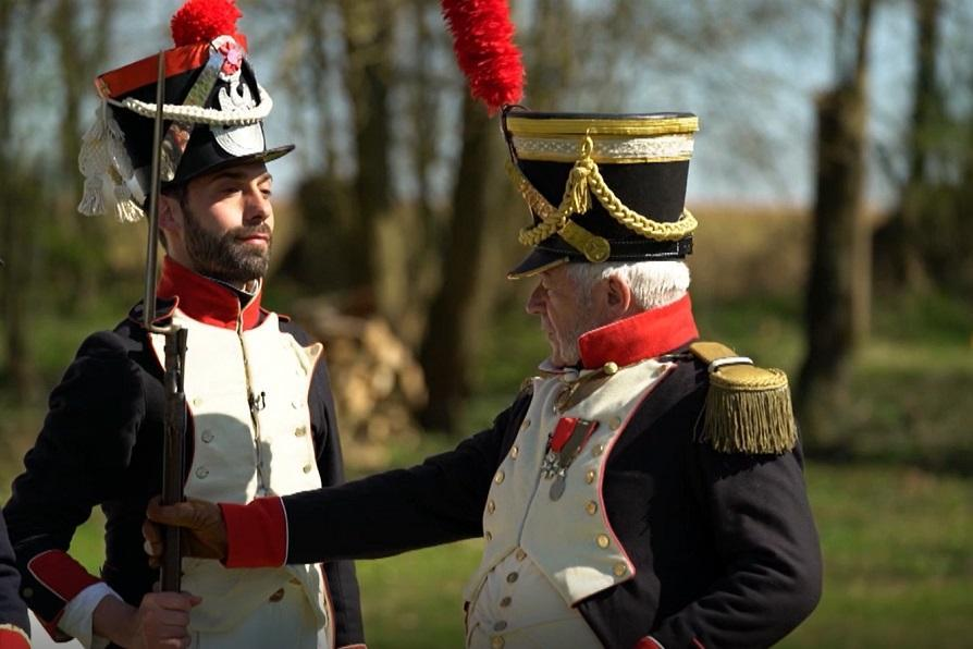 Deux hommes habillés en soldat de l'Empire